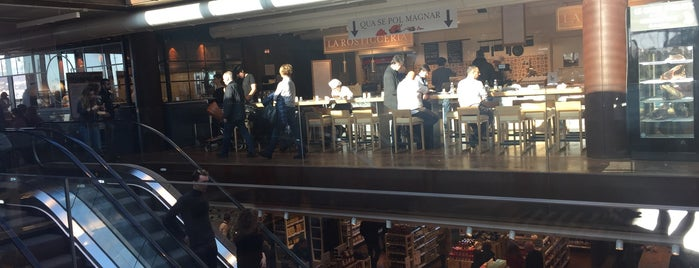 Eataly is one of Lugares favoritos de Helena.
