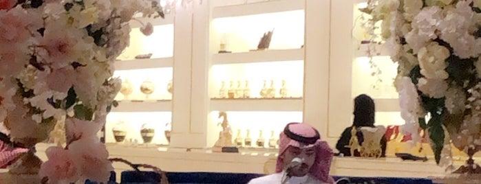ANFAS ALOUD Lounge أنفاس العود is one of Lieux sauvegardés par Queen.