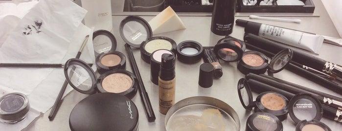 MAC Cosmetics is one of Lieux qui ont plu à Jana.