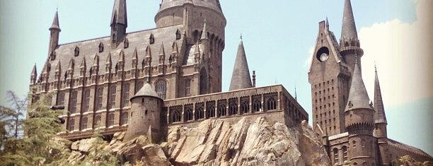 The Wizarding World Of Harry Potter - Hogsmeade is one of J.'ın Kaydettiği Mekanlar.