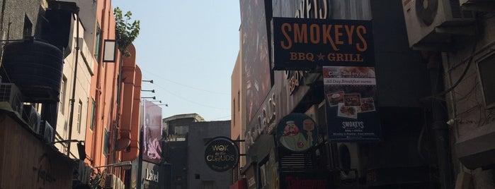 Smokeys BBQ & Grill is one of สถานที่ที่ Dave ถูกใจ.
