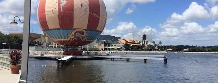 Disney Springs is one of Tempat yang Disukai Alan.