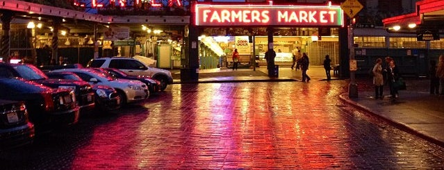 Pike Place Market is one of Lugares favoritos de Thomas.