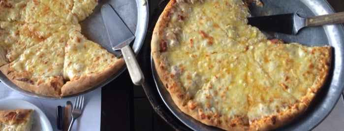 Mama's Pizza is one of Adrianさんのお気に入りスポット.