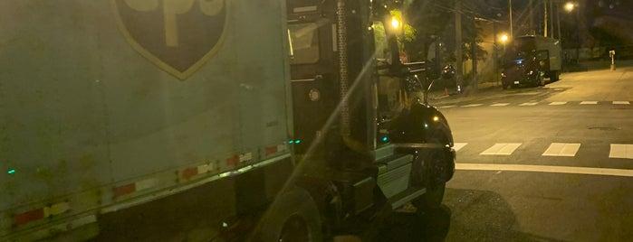 UPS Customer Center is one of สถานที่ที่ Andy ถูกใจ.