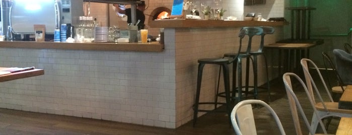 Studio Coffee Bar & Pizza is one of Lugares favoritos de Roman.