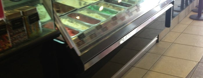 Cold Stone Creamery is one of Tempat yang Disukai Athena.
