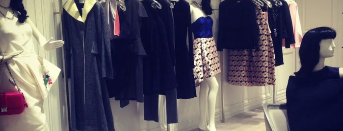 Saks Fifth Avenue | ساكس فيفث أفينيو is one of Tempat yang Disukai Soly.