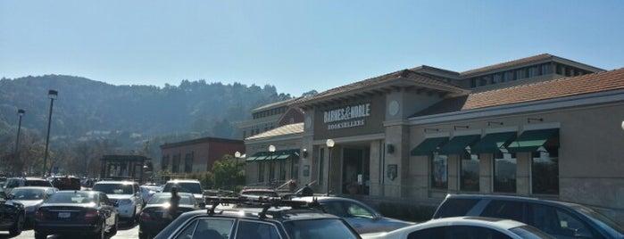 Barnes & Noble is one of Tempat yang Disukai Olivia.