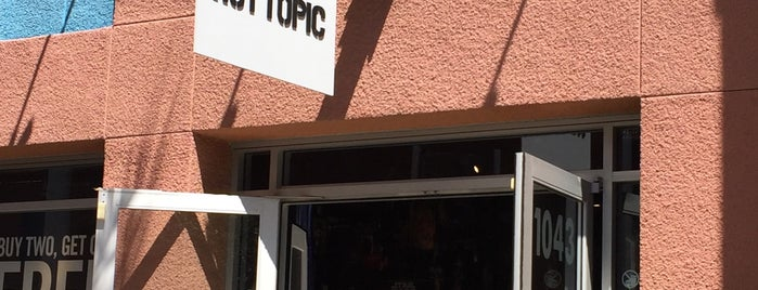 Hot Topic is one of สถานที่ที่ Kyusang ถูกใจ.