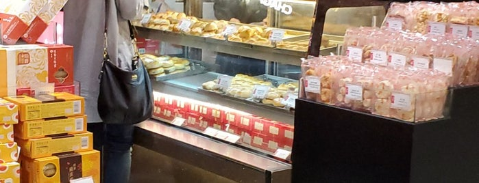 Hang Heung Cake Shop is one of Orte, die Torzin S gefallen.