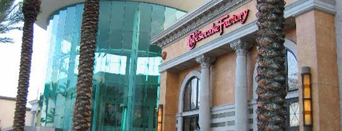 The Cheesecake Factory is one of Orte, die Sarah gefallen.