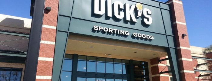 DICK'S Sporting Goods is one of Tempat yang Disukai John.