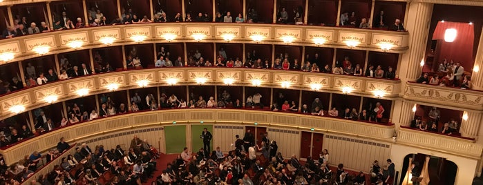 Ópera Estatal de Viena is one of Lugares favoritos de Victor.