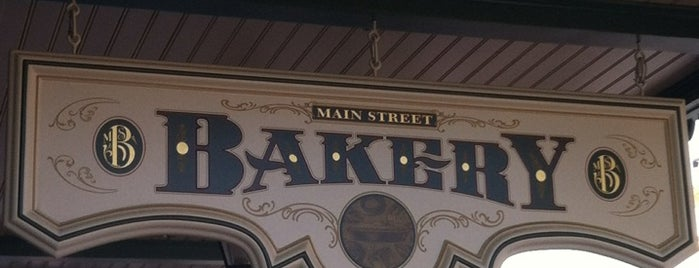 Main Street Bakery (feat. Starbucks) is one of Locais curtidos por Alistair.