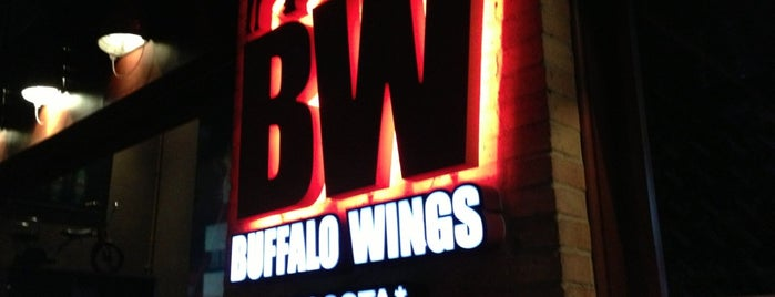 Buffalo Wings is one of Tempat yang Disukai Francisco.