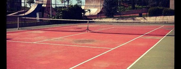 Soyak Olympiakent Tenis Kortu is one of สถานที่ที่ white ถูกใจ.