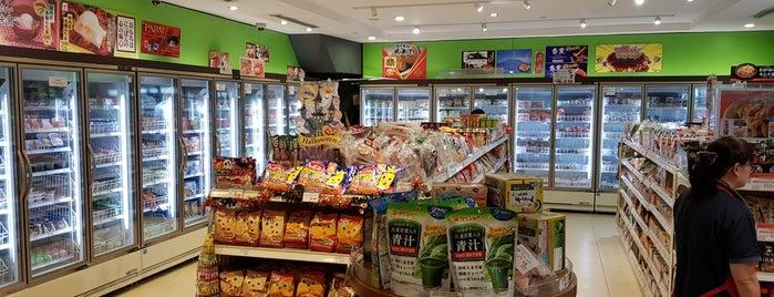 J-mart Japanese Food Market is one of Locais curtidos por Ian.
