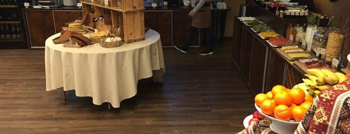Montmartre Restaurant & Cafe & Bar is one of Posti salvati di Vicken.