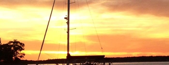 Shelter Island Yacht Club is one of Caroline'nin Beğendiği Mekanlar.