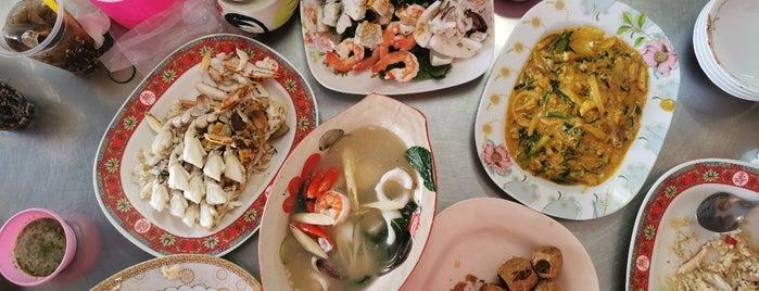 ศรีรัตน์ ปูต้ม ฮ้อยจ๊อ อาหารตามสั่ง is one of Tempat yang Disukai Huang.