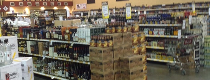 Binny's Beverage Depot is one of Lugares favoritos de Mark.