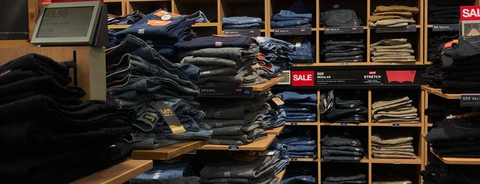Levi's Outlet Store is one of สถานที่ที่ David ถูกใจ.