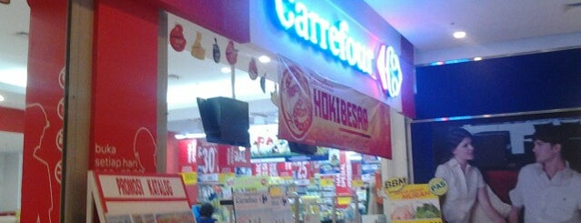 Carrefour is one of Deviさんのお気に入りスポット.