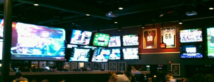 Buffalo Wild Wings is one of Mat's Liked Places.