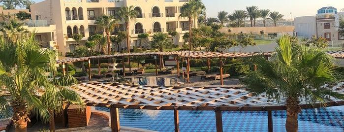 Beach at Sunrise Grand Select Arabian Beach Resort is one of Денисさんのお気に入りスポット.