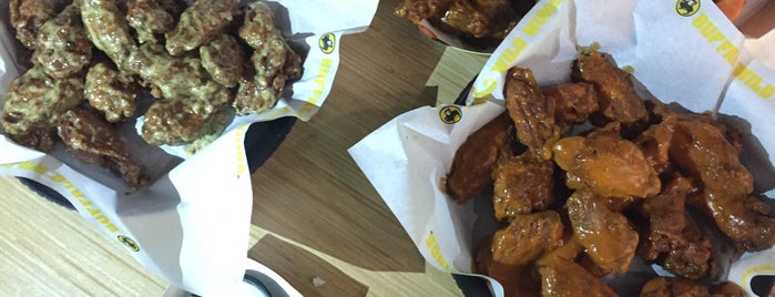 Buffalo Wild Wings is one of Tempat yang Disukai zanna.