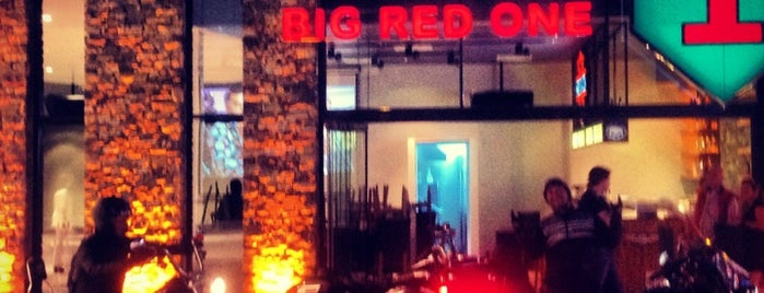 Big Red One Lounge is one of Beğendiğim yerler.