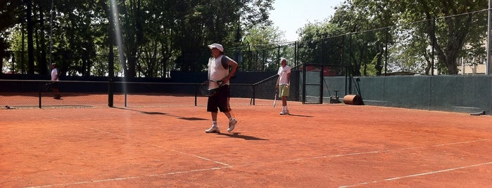 Moda Deniz Kulübü Tenis Kortu is one of Orte, die Aris gefallen.