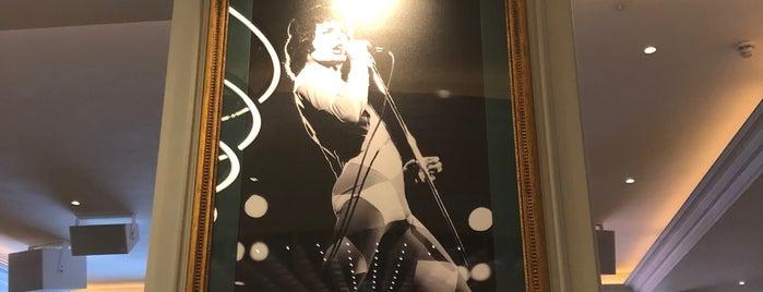 Hard Rock Cafe Oxford Street is one of สถานที่ที่ Selin ถูกใจ.