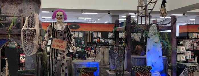 Spirit Halloween is one of Posti che sono piaciuti a Leilani.