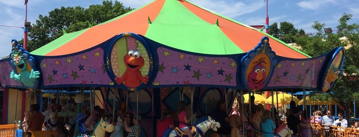 Sesame Place - Sunny Day Carousel is one of สถานที่ที่ Linnie ถูกใจ.