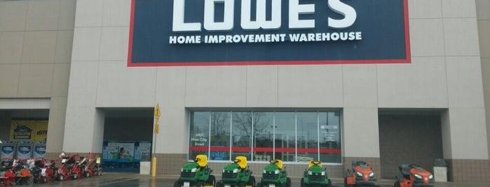 Lowe's is one of Lugares favoritos de Kelly.