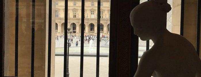 Louvre Müzesi is one of Heloisa'nın Beğendiği Mekanlar.