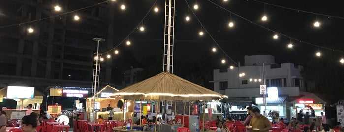 Ahmedabad Food Truck Park is one of Lieux qui ont plu à Parth.