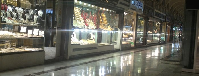 Sarraflar Yeraltı Çarşısı is one of Tempat yang Disukai Emrah.