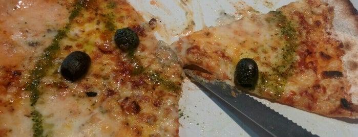 La Villa Italian Pizzeria Bar-Grill is one of Lugares favoritos de Andre.