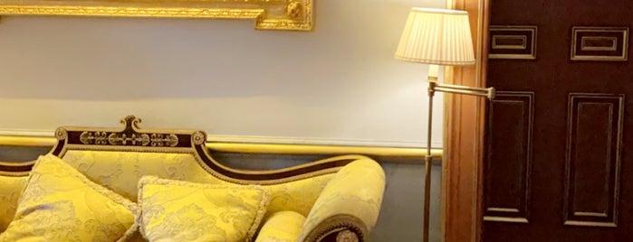 The Lanesborough is one of Queen'in Kaydettiği Mekanlar.