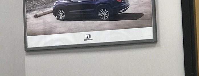 Metro Honda is one of Lugares favoritos de Fred.