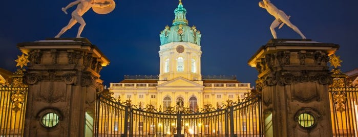 Schloss Charlottenburg is one of Orte, die Chris gefallen.