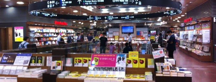 KYOBO Book Centre is one of Lieux qui ont plu à Kyusang.
