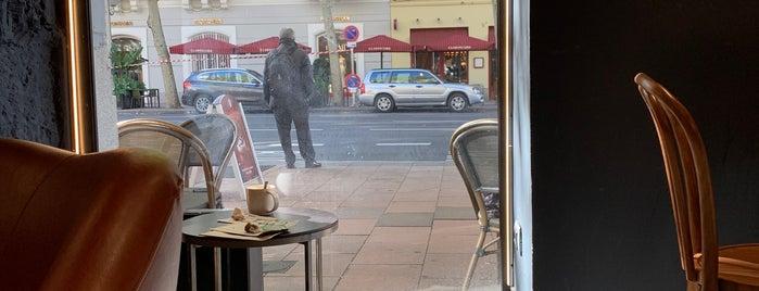 Starbucks Velázquez, 32 is one of Locais curtidos por Álvaro.