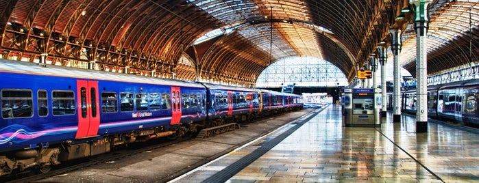 London Paddington Railway Station (PAD) is one of LUGARES.