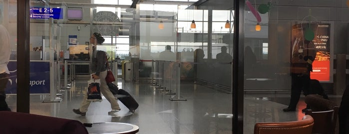 フランクフルト空港 (FRA) is one of Cenkerさんのお気に入りスポット.