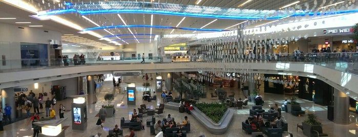 Aeropuerto Internacional Hartsfield-Jackson (ATL) is one of Lugares favoritos de Kyle.