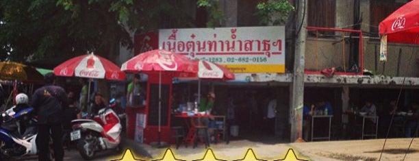 ก๋วยเตี๋ยวเนื้อตุ๋นท่าน้ำสาธุฯ is one of Bangkok Escape.